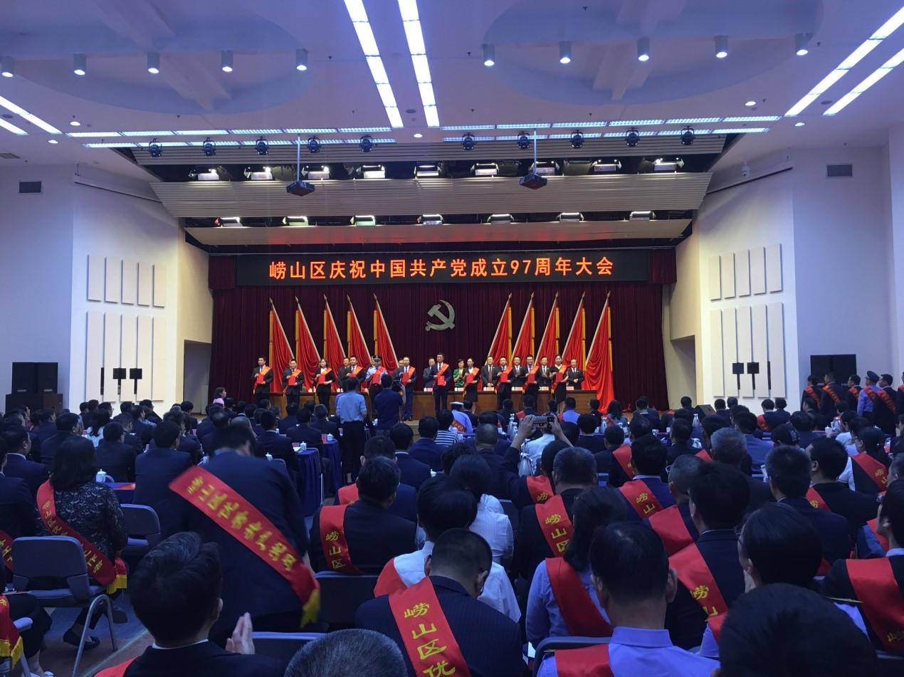 周总获崂山区优秀共产党员称号